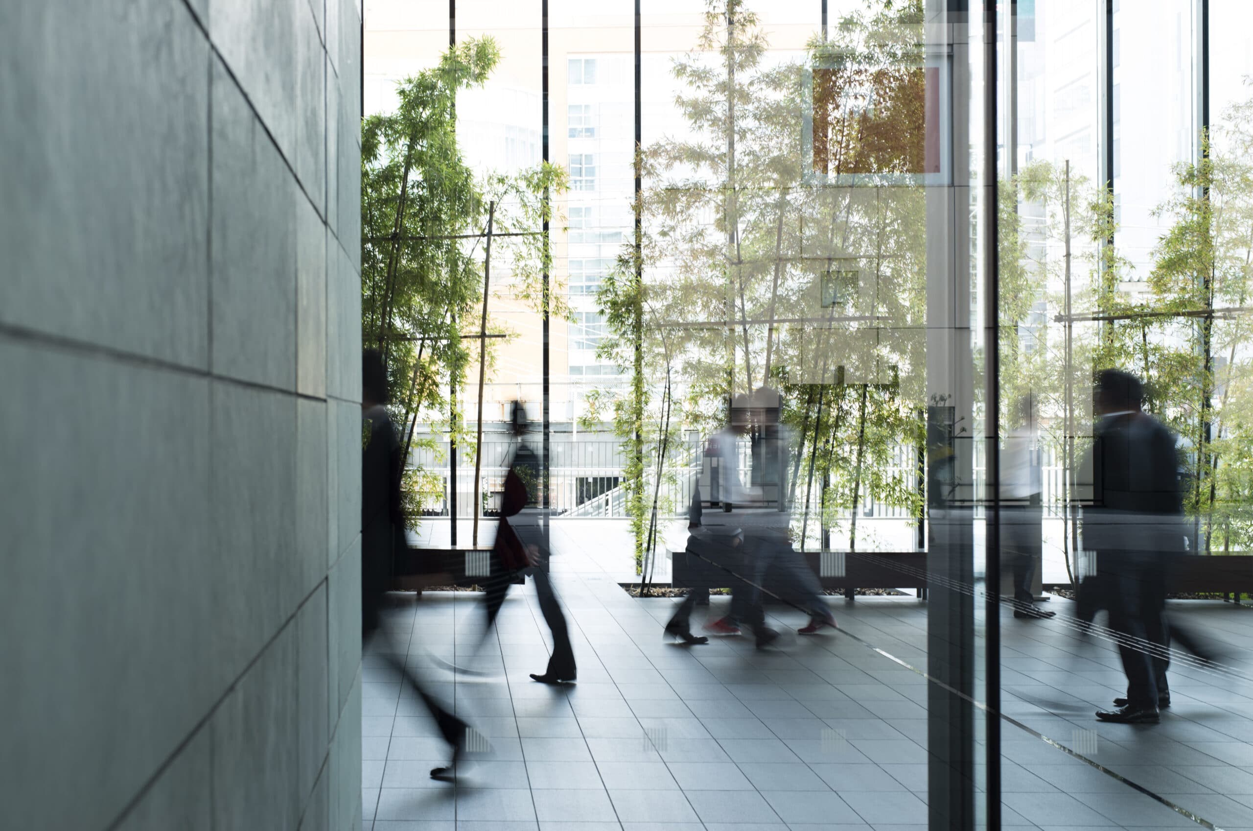 business personer går i bakgrunn i kontorbygg