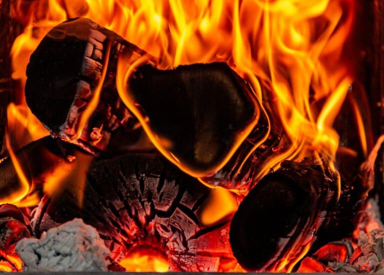 Detaljbilde av ved som brenner