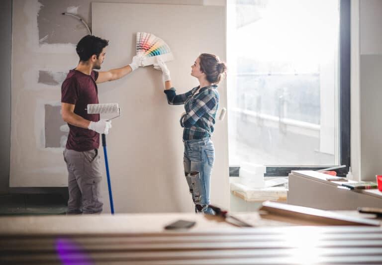 Ungt par som pusser opp leiligheten sin.